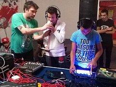 Sdružení Kreaton uspořádalo v Orlové workshop na téma hip-hop pro děti z místního nízkoprahového zařízení, pak Bonus a Mary C zahráli koncert svého nového projektu Člověk pokrokový.