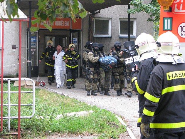 Cvičení policejního komanda a hasičů v havířovské nemocnici. Zásahovka vyvádí zadrženého.