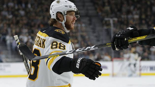 Hokejista Bostonu Bruins David Pastrňák je po operaci a zmešká úvod nové sezony NHL.