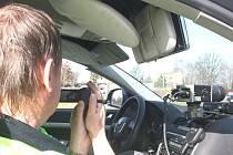 Kdyby byli policisté vidět, ztratila by jejich preventivní akce smysl. V úterý tak monitorovali chování chodců na přechodu skrytí v autě a důkazy natáčeli na kameru.