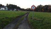 Nová cyklostezka v Havířově, která cyklostezkou není. Bez značek může cyklista vjet na soukromý pozemek.