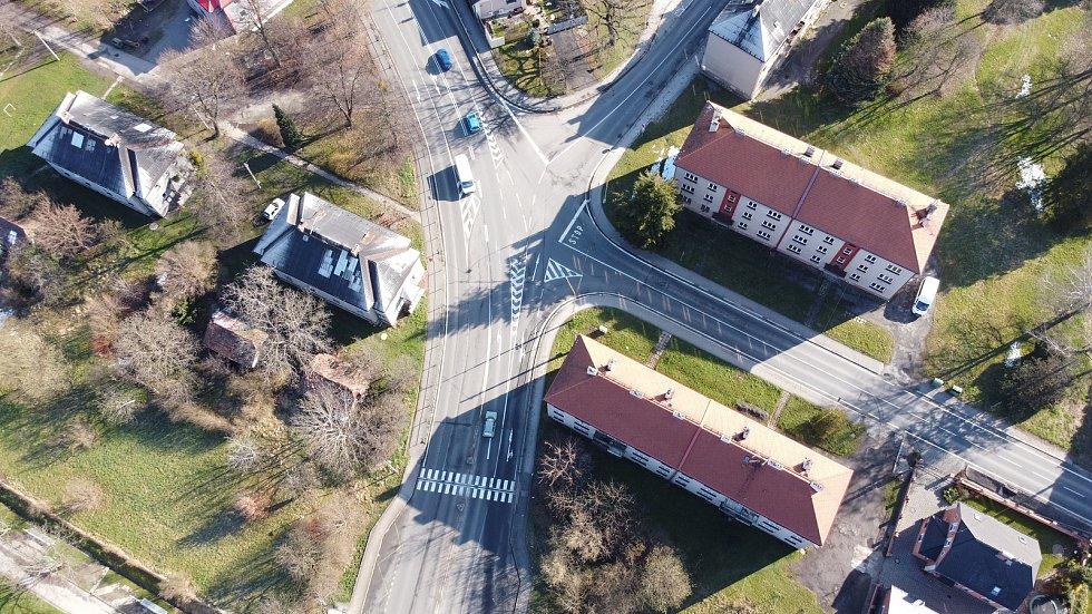 Místo křížení ulic Dělnická, Fryštátská a Kapitána Jasioka v Prostřední suché by se mohlo proměnit na kruhový objezd. Má to však háček. Foto se souhlasem Libora Běčáka