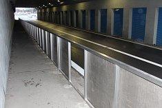 Vandalové poškodili zábradlí v havířovském podjezdu. Strážníci je okamžitě zadrželi.