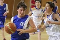 Mladí karvinští basketbalisté (v modrém) se do extraligy neprodrali.