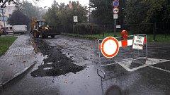 V pondělí začala oprava na části ulice Ciolkovského v Karviné-Ráji. Neprůjezdnost silnice komplikuje dopravu v této části města, jelikož po ul. Ciolkovského jezdí část řidičů na sídliště Ráj. Takto se na hlavním průtahu městem u nemocnice tvoří dlouhé kol