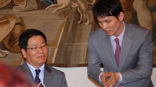 Tlumočník překládá budoucímu řediteli karvinské továrny společnosti Sejong otázky novinářů, které mu kladli po slavnostním podpisu smlouvy.