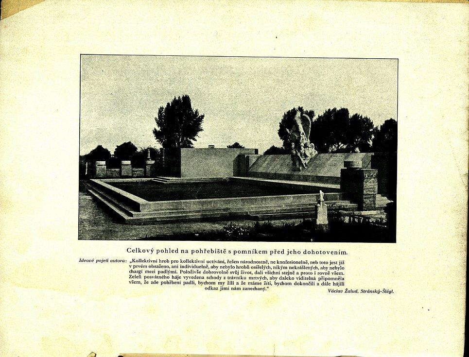 Měděná schránka s 90 let starými dokumenty se našla v březnu při rekonstrukci pomníku obětí Sedmidenní války na orlovském hřbitově. Odborníci zjistili, že je to běžná tehdejší informační brožura.