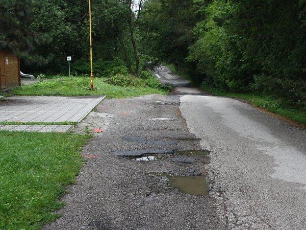 Ulice VZátiší bude opravena, podél povede chodník a vnoci bude osvětlena.