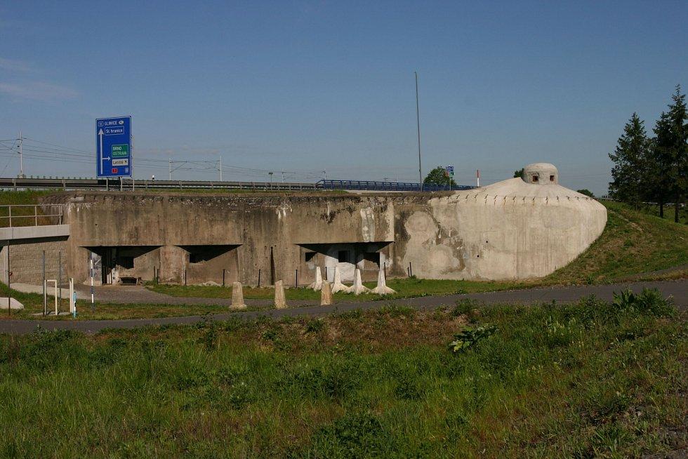 Stezka k bunkru a muzeu Na Trati v Bohumíně. Stav v dubnu 2021.