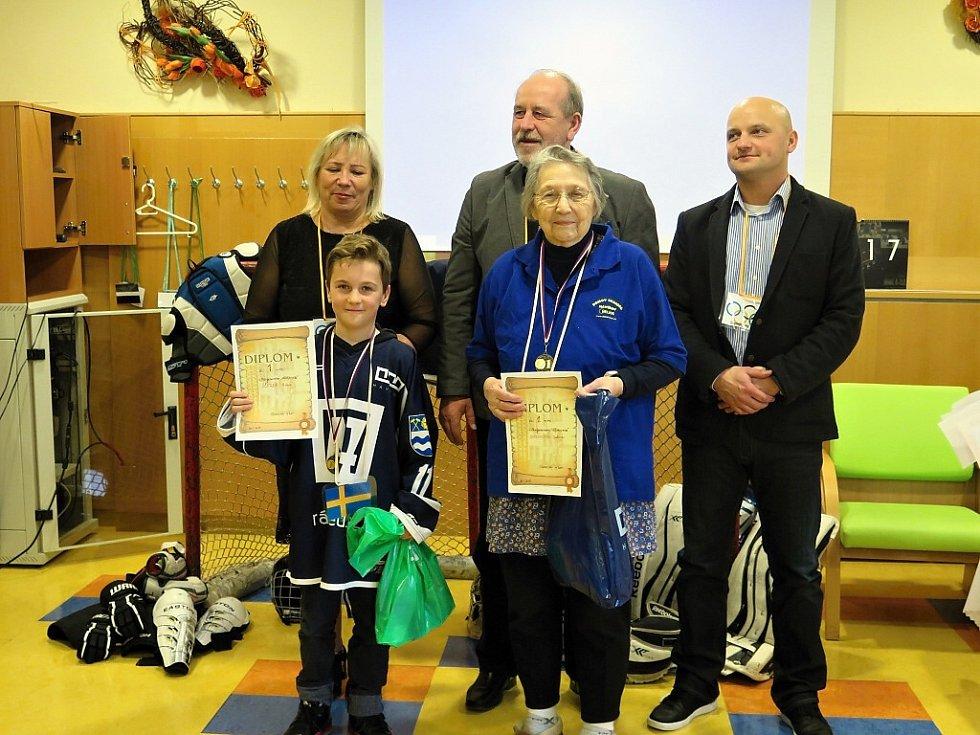 Mezigenerační olympiáda seniorů domova Helios a mladých hokejistů AZ Havířov.