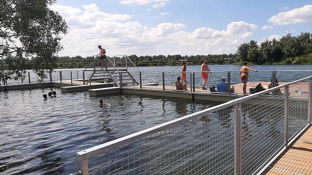 U Vrbického jezera vyrostlo nové molo a přístaviště, kde bude fungovat půjčovna loděk. Molo je už teď rájem koupáníchtivých dětí.