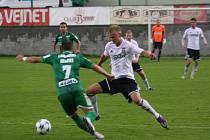 Karvinští fotbalisté (v bílém) v utkání proti Karpaty Lvov.