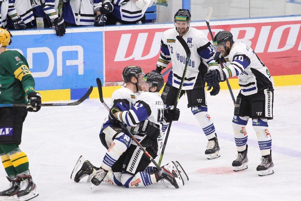 Havířov (v bílém) první domácí duel nové sezony zvládl. Porazil Vsetín 2:0.