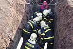 První pomoc poskytli hasiči dělníkovi přímo na dně příkopu. Poté jej museli opatrně vyzvednout na povrch. Foto: HZS MSK