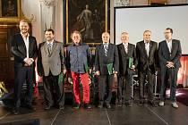 Bronislav Schimke (jediný v červených kalhotách) byl v Praze oceněn za celoživotní přínos fotbalu.