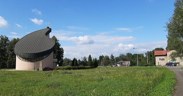 Karviná-Louky. Způvodní obce zbylo torzo poté, co její velká část padla v80. letech za oběť těžbě uhlí. Nový kostel sv. Barbory, vysvěcený vroce 2001.