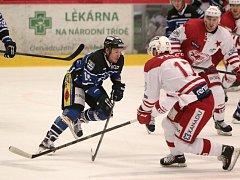 Daniel Štumpf (v modrém) bodově řádil v Kadani.