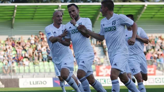 Lukáš Budínský (druhý zleva) slaví se spoluhráči vedoucí gól do sítě Jihlavy.