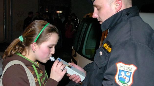Dechová kontrola na alkohol u mládeže. Ilustrační snímek