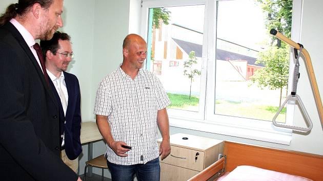 Zatím ještě prázdné prostory nového domova seniorů v Českém Těšíně si včera prohlédli hosté za doprovodu tamního personálu.