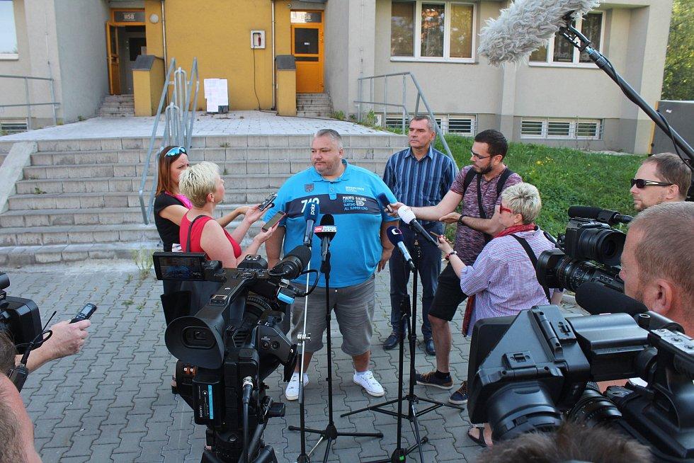 V domě v Nerudově ulici v Bohumíně se začíná s opravami požárem poničených bytů a společných prostor, úterý 11. srpna 2020.