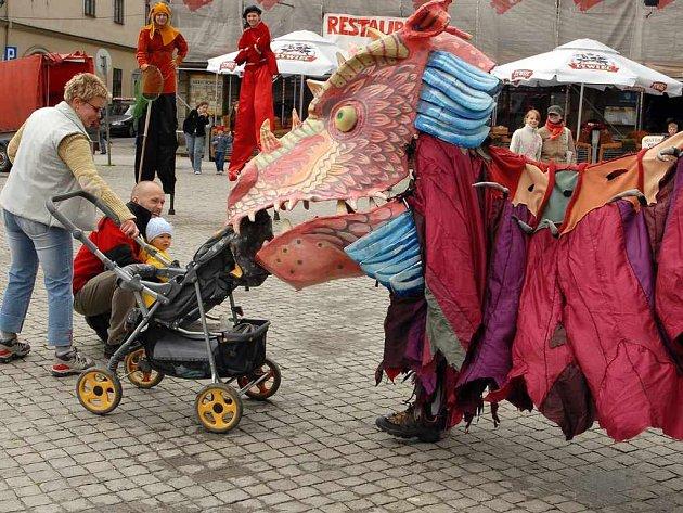 Průvodem netradičních masek městem začal loňský festival Bez hranic.