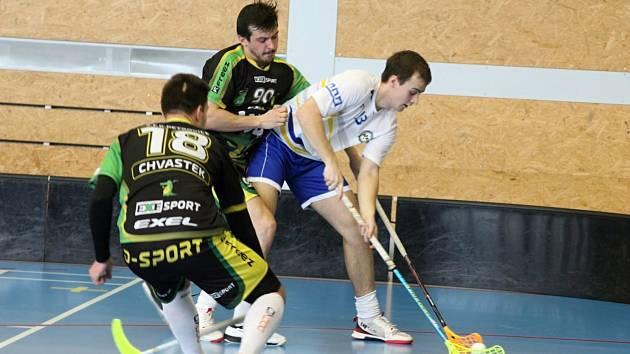 Florbalisty Petrovic (v zeleném) a Slovanu Havířov čeká pokračování vyrovnané série o udržení.