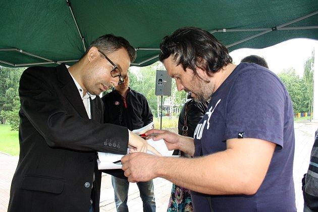 Vmístě protestu se podepisovaly ipetiční archy proti záměru kraje.