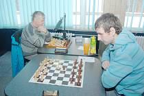 Šachisté Karviné (vlevo Jaroslav Olšar) prohráli na stolech Orlové.