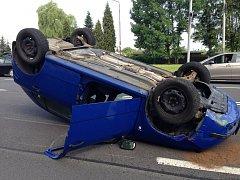 Auto po nehodě skočilo na střeše.