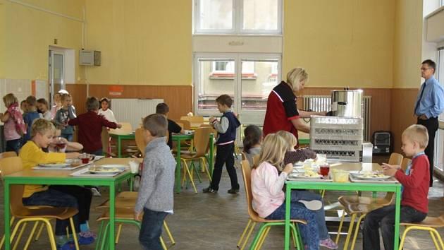 Kvůli škodám napáchaným vodovodní havárií je školní jídelna v provizorním provozu.