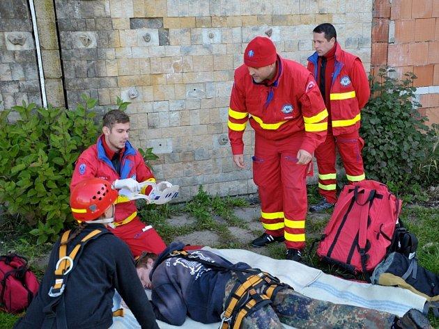 Rescue pohár ředitele Záchranné služby MSK. Posádka z Ostravy při ošetření zraněného.