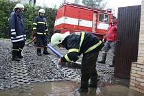 Den poté, co se regionem přehnala v řekách velká voda, čerpali v sobotu dopoledne dobrovolní hasiči vodu ze sklepů domů. Snímky jsou ze zahrádkářské osady v Těrlicku-Hradiště.