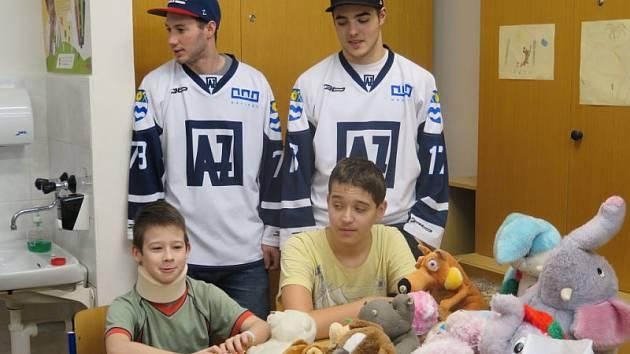 Dětské oddělení Nemocnice s poliklinikou v Havířově navštívila v pátek odpoledne dvojice prvoligových hokejistů AZ Havířov, Marek Loskot a Vojtěch Tomi. Přinesli pro hospitalizované děti spoustu hezkých plyšáků.