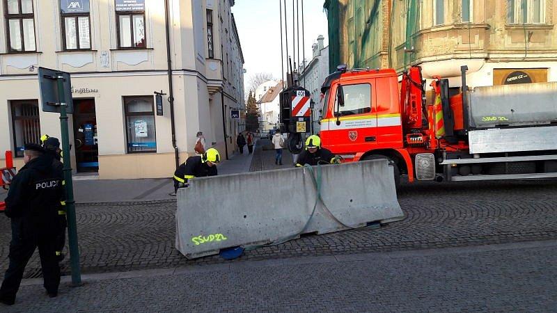 Hasiči instalovali ve středu odpoledne na Masarykově náměstí v Karviné betonové zátarasy jako preventivní opatření proti případnému teroristickému útoku.