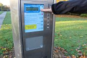 Parkovací automat ve Fibichově ulici v Havířově. Parkovací automat ve Fibichově ulici v Havířově. Podle displeje se o víkendu neplatí. A ceník chybí.