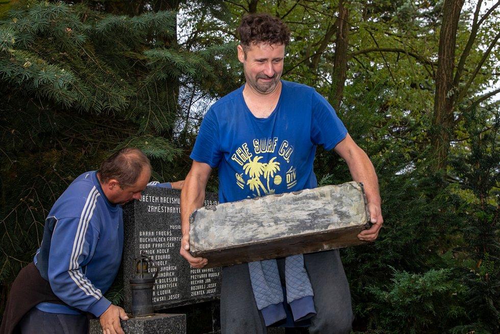 Kameníci rozebrali pomník obětem důlního neštěstí na Dole Dukla v roce 1961 a budou jej v Těrlicku renovovat.