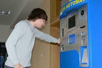 V nemocnicích byly instalovány automaty.