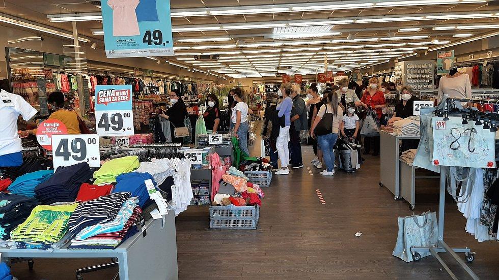 V pondělí se otevřely obchody. Před některými prodejnami s oblečením se tvořily fronty.