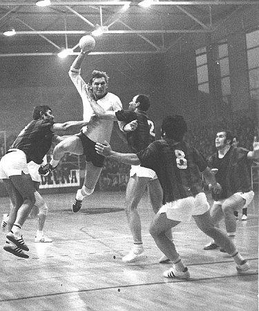 Vzácný snímek zPoháru mistrů evropských zemí zchorvatského Záhřebu vtehdejší Jugoslávii. Mrkva (vbílém) hrál sBaníkem proti Bjelovaru.