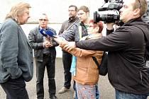Jiří Baron (vlevo) vysvětluje situaci s pronájmem jeho učiliště Baron School v prostorách Hotelové školy a obchodní akademie Jan Tesarčíka (druhý zleva).