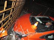Řidič s autem vjel na staveniště, kde havaroval.