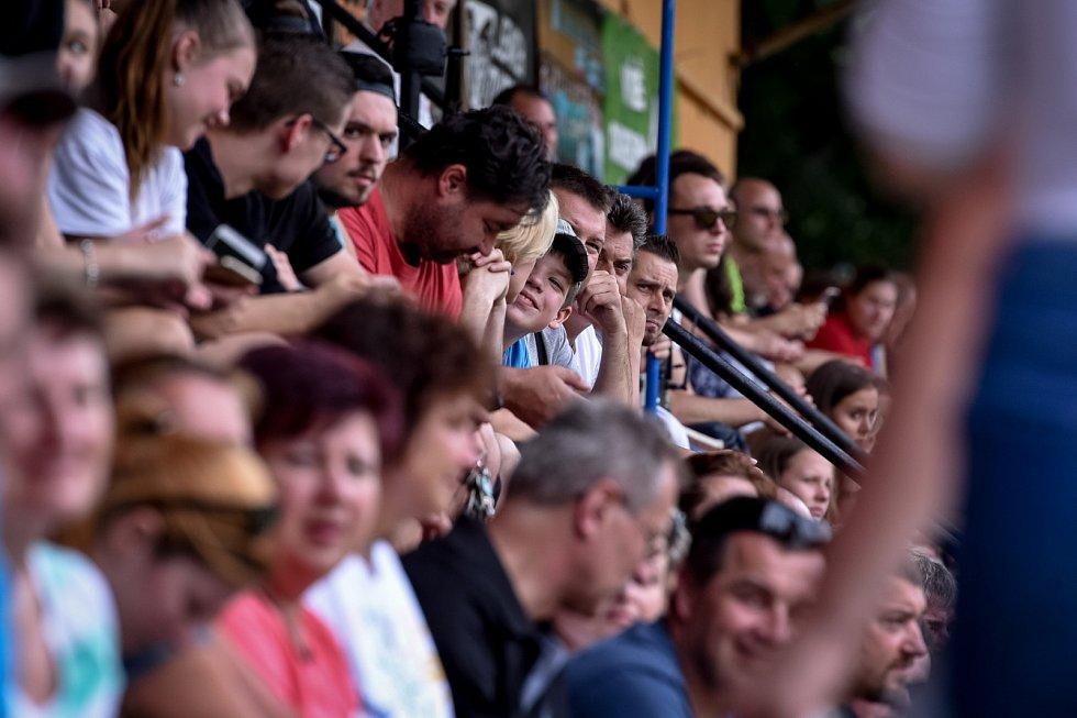 Charitativní zápas fotbalistů Záblatí (v černém) proti sportovním osobnostem.
