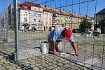 Dělníci opraví praskající dlažbu na náměstí ČSA v Českém Těšíně.