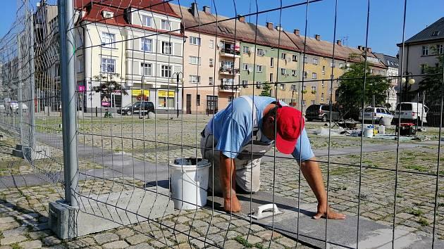 Oprava praskající dlažby na náměstí ČSA v Českém Těšíně. Ilustrační foto.