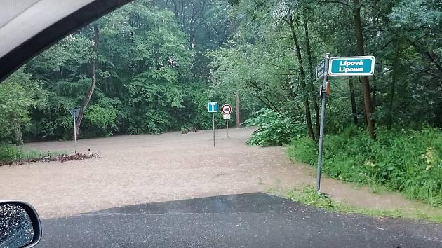 V lokalitě U Antoníčka se v neděli ráno po prudkém dešti vylil potok.