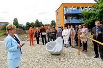 V parku Nemocnice s poliklinikou v Havířově ve čtvrtek 27. června odpoledne byl slavnostně otevřen nový ostrůvek klidu se čtyřmi kamennými sochami a dřevěnou lavicí na travnaté ploše.
