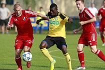 Derrick Mensah (ve žlutém) naskočil do přípravného utkání Karviné proti Baníku (1:1) jen na čtyřicet minut.