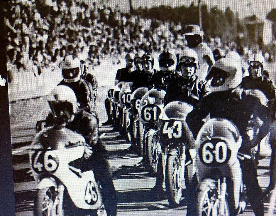 Před startem závodu o Zlatý kahanec v roce 1975.