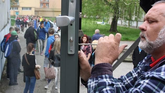 Otevření školy předcházela výměna zámku ve dveřích.